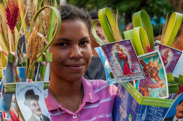 muchacha vende palmas Venezuela