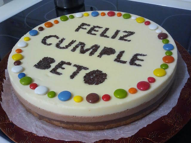 estupenda tarta tres chocolates feliz cumpleaños