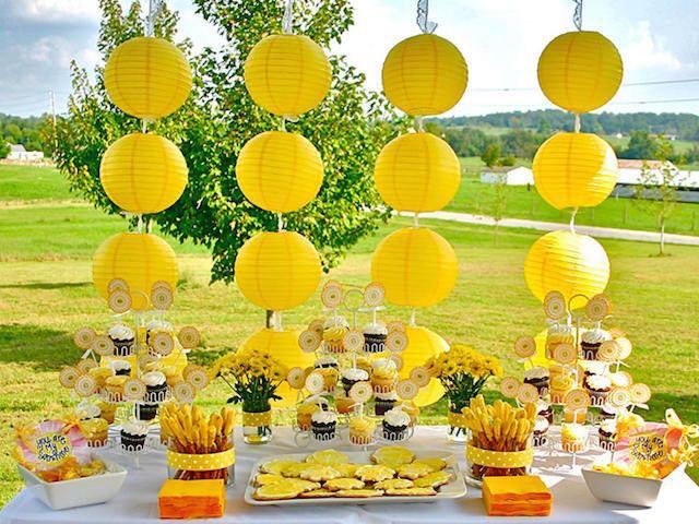 preciosa decoración fiesta jardín amarillo