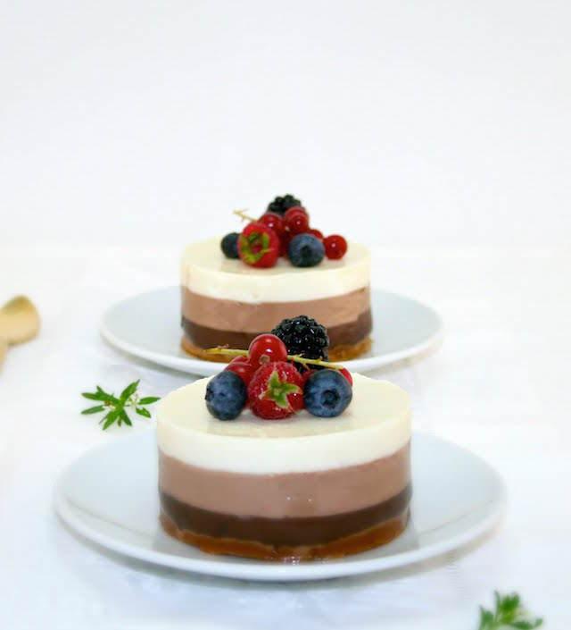 tarta tres chocolates decoración bayas