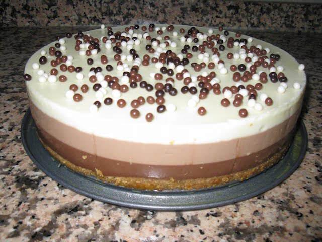 deliciosa tarta tres chocolates decoración nítida