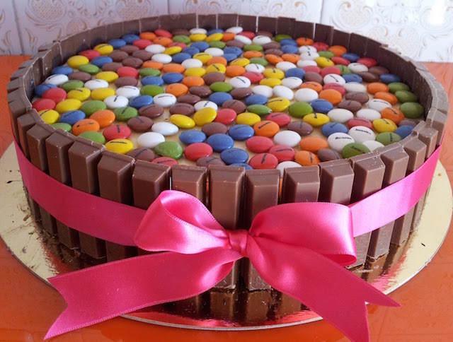 pintada tarta tres chocolates decorada caramelos