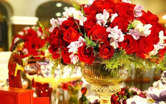cumpleaños decoración elegante rosas rojas oro