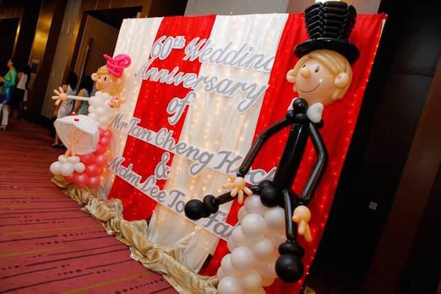preciosa decoración con globos aniversario boda