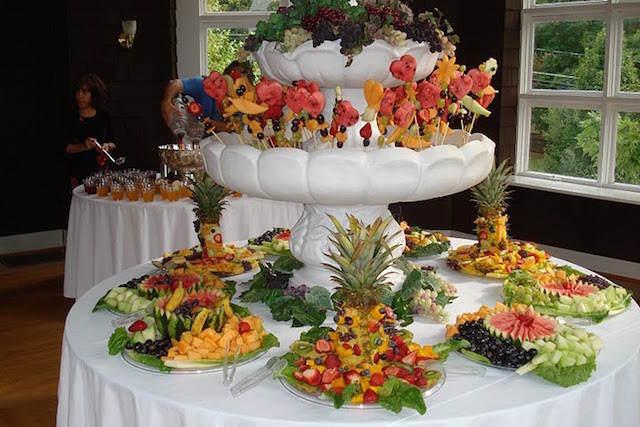 preciosa decoración evento elegante arreglos frutales fuente
