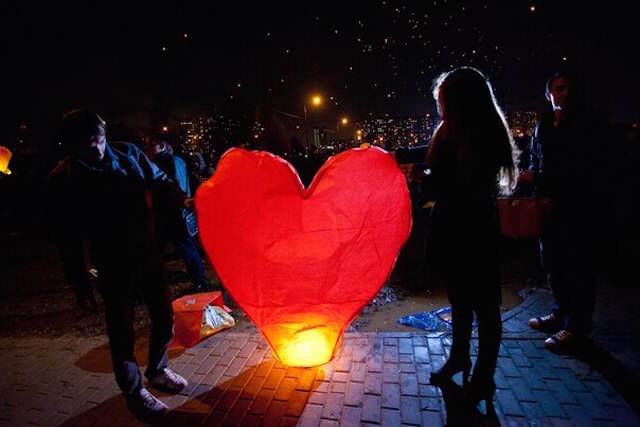 globos de cantoya forma corazón ambiente