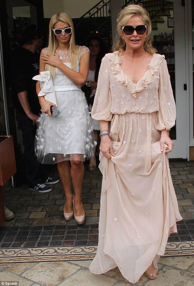 madre Paris Hilton estilo boho vestido