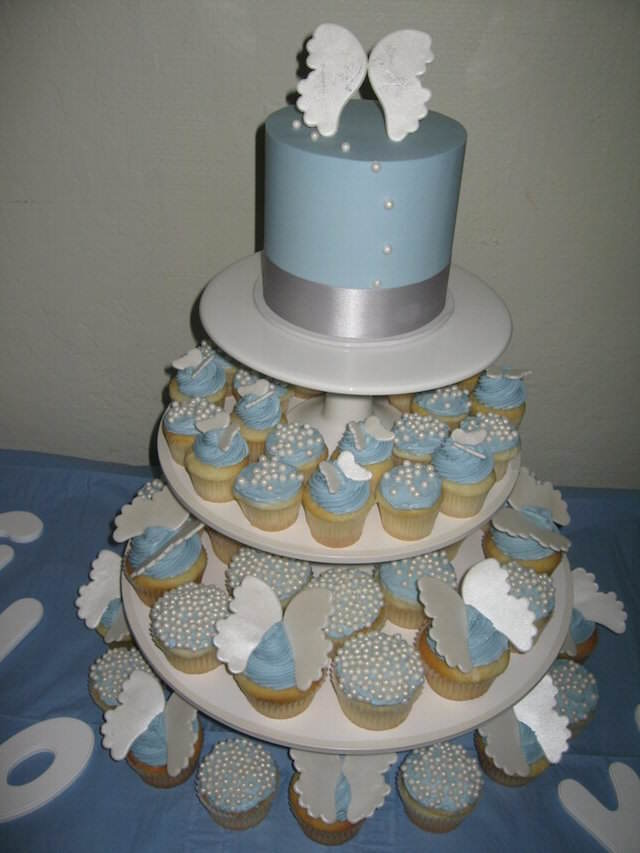 pastel cupcakes temáticas para bautizo de ángeles