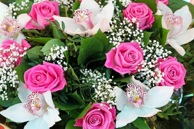 ramo de flores blancas rosadas elección maravillosa noviazgo