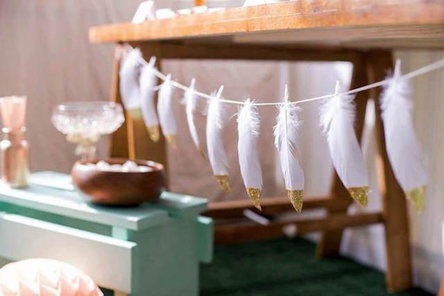 decoración de fiestas temáticas plumas aztecas