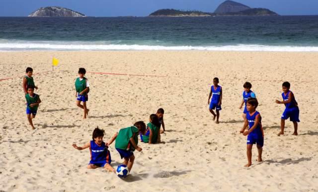 juegos para fiestas infantles playa arena futbol ideas