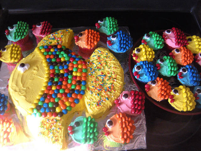 pastel cupcakes decoracion forma peces multicolores