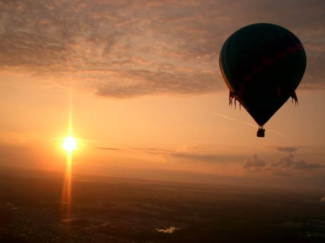 puesta de sol viaje globo aniversario de novios inolvidable