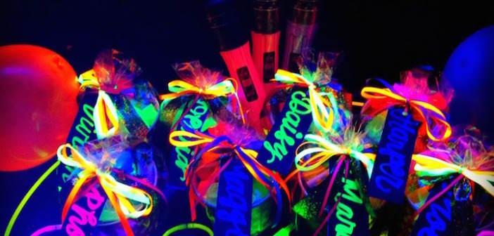 Decoración para cumpleaños en colores neón