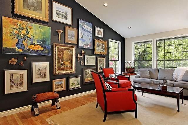 habitacion moderna con muchos cuadros