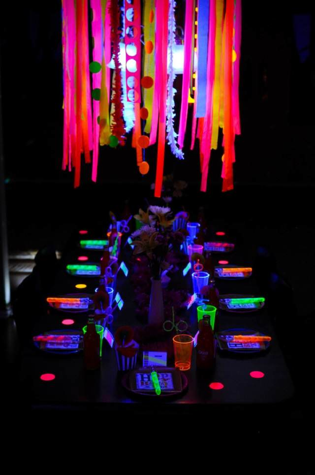 idea unica decoracion para cumpleanos colores neon
