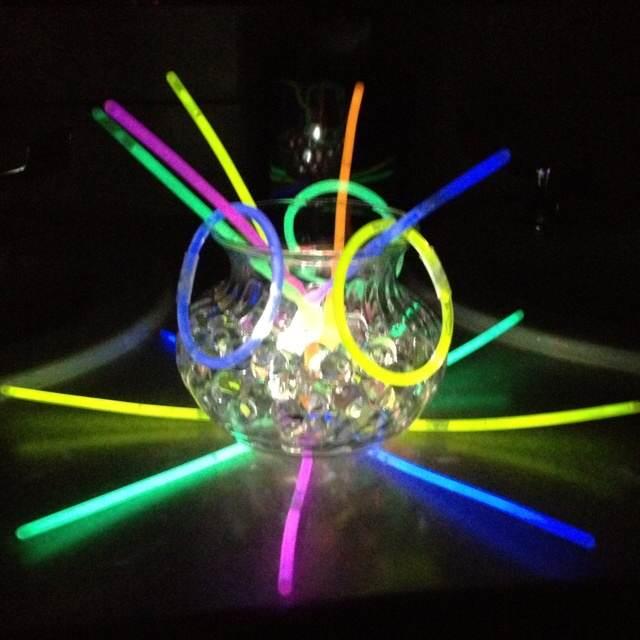 ornamentos que brillan de colores neon